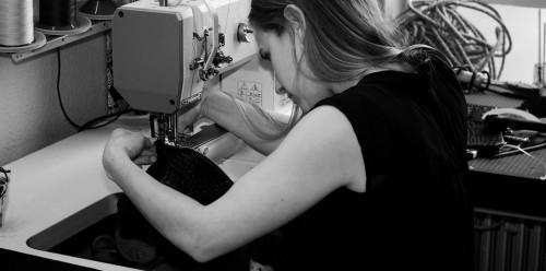 Daphny Raes ontwerpt tassen én maakt ze ook zelf