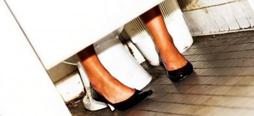 Waarom blijven vrouwen zo lang op het toilet?