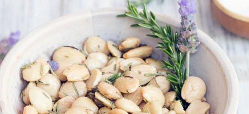 Marcona amandelen met rozemarijn truffel