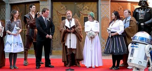 Star Wars koppel geeft elkaar het jawoord op de premiere van T...