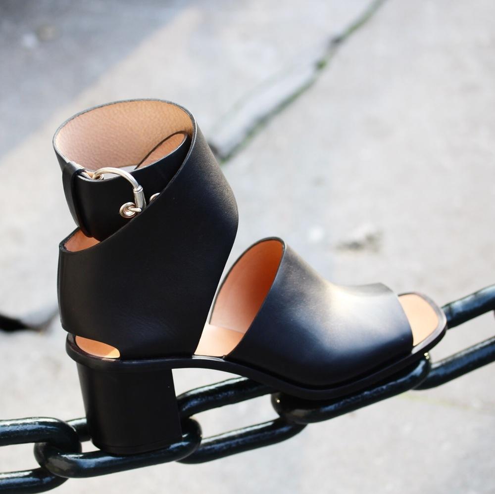 httpwww.tamikerndepotvente.comproductceline-black-sandal