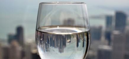 Witte-wijndrinkers schenken hun glas voller