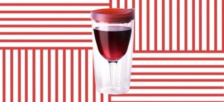 Dit is zó gevaarlijk: wijn in een meeneembeker