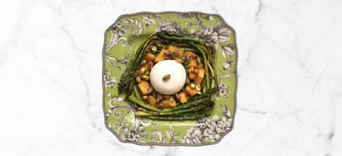 Lunchtip: Burrata met gegrilde perzik en groene asperges