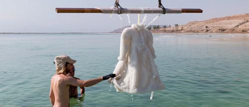 Kunstenaar hangt zwarte jurk twee jaar in Dode Zee en het resu...