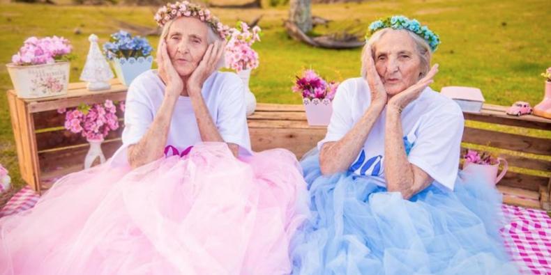 Tweeling viert honderdste verjaardag en de foto's zijn té lief