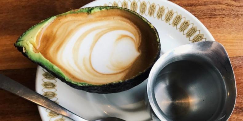 Zou het lekker zijn: latte in een avocado?