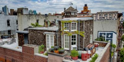 Dit charmante houten huis staat bovenop een appartementencompl...