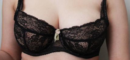 Indrukwekkende advertentie moedigt vrouwen aan om hun borsten ...