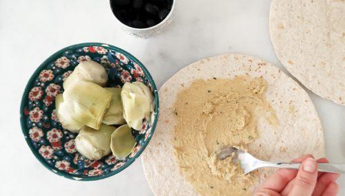 Besmeer de wrap met hummus