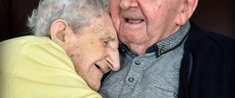 Deze moeder van 98 is bij haar 80-jarige zoon ingetrokken om v...