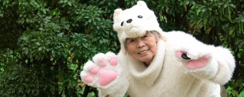 Deze Japanse oma stunt er op los en legt alles vast op selfies