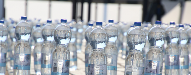Minuscule plastic deeltjes aangetroffen in flesjes drinkwater