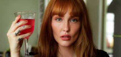 Rode wijn lippen: hier komt het door en dit doe je ertegen